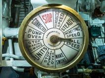 LONDON/UK - 12-ОЕ СЕНТЯБРЯ: Шкала числа оборотов двигателя на HMS Белфасте в l стоковое фото