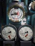 LONDON/UK - 12-ОЕ СЕНТЯБРЯ: Шкалы числа оборотов двигателя на HMS Белфасте внутри стоковая фотография