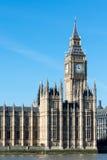 LONDON/UK - 18-ОЕ ФЕВРАЛЯ: Взгляд большого Бен и домов Parl Стоковое Изображение