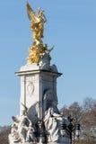 LONDON/UK - 18-ОЕ ФЕВРАЛЯ: Виктория мемориальное внешнее Buckingham p Стоковые Изображения RF