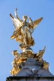 LONDON/UK - 18-ОЕ ФЕВРАЛЯ: Виктория мемориальное внешнее Buckingham p Стоковое фото RF