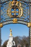 LONDON/UK - 18-ОЕ ФЕВРАЛЯ: Закройте вверх строба вне Buckingham Стоковые Изображения