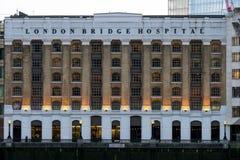 LONDON/UK - 18-ОЕ ФЕВРАЛЯ: Здание больницы моста Лондона в Lon Стоковое Фото