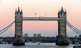 LONDON/UK - 18-ОЕ ФЕВРАЛЯ: Мост башни в Лондоне 18-ого февраля, Стоковое Фото