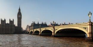 LONDON/UK - 13-ОЕ ФЕВРАЛЯ: Мост Вестминстера и большое Бен в Lond Стоковая Фотография RF