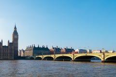 LONDON/UK - 13-ОЕ ФЕВРАЛЯ: Мост Вестминстера и большое Бен в Lond Стоковая Фотография