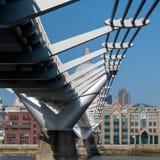 LONDON/UK - 13-ОЕ ФЕВРАЛЯ: Мост тысячелетия в Лондоне на Februar Стоковое Изображение