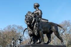 LONDON/UK - 18-ОЕ ФЕВРАЛЯ: Статуя на мемориале ферзя Виктории Стоковые Фото