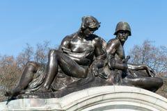 LONDON/UK - 18-ОЕ ФЕВРАЛЯ: Статуя на мемориале ферзя Виктории Стоковые Фотографии RF