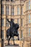 LONDON/UK - 13-ОЕ ФЕВРАЛЯ: Статуя Ричарда i вне домов  Стоковые Фотографии RF