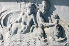 LONDON/UK - 18-ОЕ ФЕВРАЛЯ: Штукатурка на мемориале ферзя Виктории Стоковая Фотография
