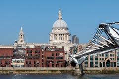 LONDON/UK - 13-ОЕ ФЕВРАЛЯ: ` S Cathed моста и St Paul тысячелетия Стоковая Фотография