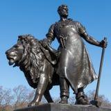 LONDON/UK - 2月18日:一个人的雕象有狮子的在Victo 库存照片