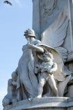 LONDON/UK - 2月18日:一个天使的雕象与孩子的Th的 免版税图库摄影