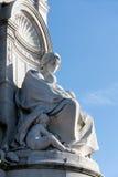 LONDON/UK - 2月18日:一名妇女的雕象有孩子的 免版税库存图片