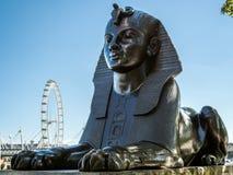 LONDON/UK - 8月15日:在堤防的狮身人面象在伦敦o 图库摄影
