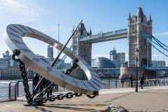 LONDON/UK - 3月7日:在塔桥梁附近的太阳拨号盘在Ma的伦敦 免版税库存照片