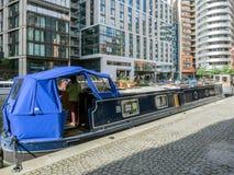 LONDON/UK - 6月15日:在帕丁顿盆地Londo的宽放光的小船 库存图片