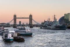 LONDON/UK - 2月18日:塔桥梁和HMS贝尔法斯特在伦敦 免版税库存图片