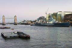 LONDON/UK - 2月18日:塔桥梁和HMS贝尔法斯特在伦敦 免版税图库摄影