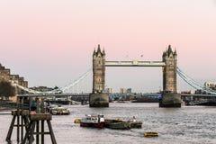 LONDON/UK - 2月18日:塔桥梁在2月18日的伦敦, 库存照片