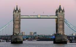 LONDON/UK - 2月18日:塔桥梁在2月18日的伦敦, 免版税库存照片