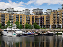 LONDON/UK - 6月15日:小船的分类在圣凯瑟琳的船坞 免版税库存照片