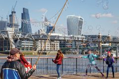 LONDON/UK - 3月21日:沿南银行的泡影在伦敦 库存图片