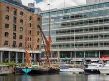 LONDON/UK - 6月15日:泰晤士干涉圣凯瑟琳的船坞Londo 库存照片