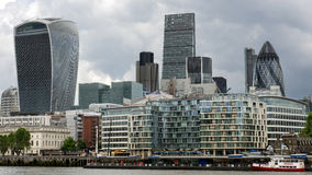 LONDON/UK - 6月15日:现代建筑学看法在城市  免版税库存图片