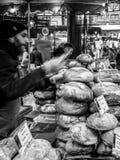 LONDON/UK - 2月24日:面包待售在自治市镇市场上在Lo 免版税库存图片