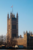LONDON/UK - 2月13日:Parliamen被日光照射了议院的看法  库存图片