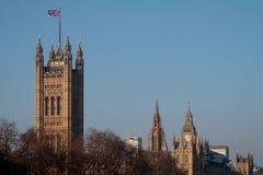 LONDON/UK - 2月13日:Parliamen被日光照射了议院的看法  图库摄影