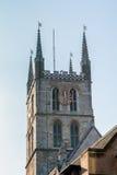 LONDON/UK - 2月13日:Southwark大教堂钟楼在Londo 免版税库存照片