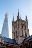 LONDON/UK - 2月13日:Southwark大教堂钟楼有的 库存照片