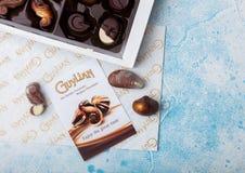 LONDON UK - APRIL 15, 2019: Ask av Guylian världens favorit- belgiska choklader på blå bakgrund royaltyfria foton