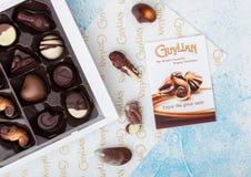 LONDON UK - APRIL 15, 2019: Ask av Guylian världens favorit- belgiska choklader på blå bakgrund fotografering för bildbyråer