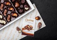 LONDON UK - APRIL 15, 2019: Ask av Guylian världens favorit- belgiska choklader på svartstenbakgrund fotografering för bildbyråer
