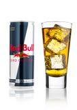 LONDON UK - APRIL 12, 2017: Av den Red Bull energidrinken kan noll kalorier med exponeringsglas- och iskuber på vit bakgrund Red  Fotografering för Bildbyråer