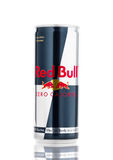 LONDON UK - APRIL 12, 2017: Av Red Bull kan noll kalorier energidrink på vit bakgrund Red Bull är den populäraste energin D Royaltyfri Fotografi
