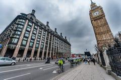 LONDON UK - APRIL 9, 2013: Big Ben och brogata med turister och bilar royaltyfri fotografi