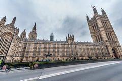 LONDON UK - APRIL 9, 2013: Brittisk parlament med barries på vägen Under konstruktionsplats fotografering för bildbyråer