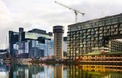 LONDON UK - APRIL 24, 2014: Byggnadsplats med kranar i den Canary Wharf arian Lyfta det nya mest högväxta bostads- tornet Royaltyfri Fotografi
