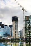 LONDON UK - APRIL 24, 2014: Byggnadsplats med kranar i den Canary Wharf arian Lyfta det nya mest högväxta bostads- tornet Royaltyfri Foto