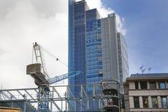 LONDON UK - APRIL 24, 2014: Byggnadsplats med kranar i staden av London en av den leda mitten av global finans Royaltyfri Bild