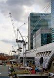 LONDON UK - APRIL 24, 2014: Byggnadsplats med kranar i staden av London en av den leda mitten av global finans Arkivfoton