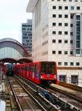 LONDON UK - APRIL 24, 2014: Canary Wharf DLR hamnkvarterstation i London Arkivfoton