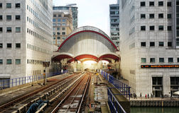 LONDON UK - APRIL 24, 2014: Canary Wharf DLR hamnkvarterstation i London Arkivfoto