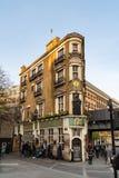 LONDON UK - APRIL 1, 2019: Den svarta munken Pub i centrala London royaltyfri foto