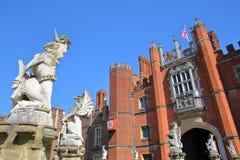 LONDON UK - APRIL 9, 2017: Den västra framdelen och den huvudsakliga ingången av Hampton Court Palace i sydvästliga London med de arkivbild